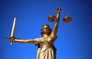 НАЗК звернулося до Постійної комісії з питань регламенту та етики КСУ через неетичну поведінку судді Сліденка. Згідно із законом суддя має бути звільнений