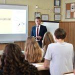 Голова НАЗК Олександр Новіков провів урок для старшокласників у День знань